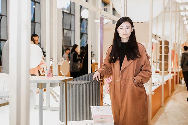 La designer Shijie Chen diBeijing si aggiudica il primo posto della manifestazione con lo sgabello W Stool