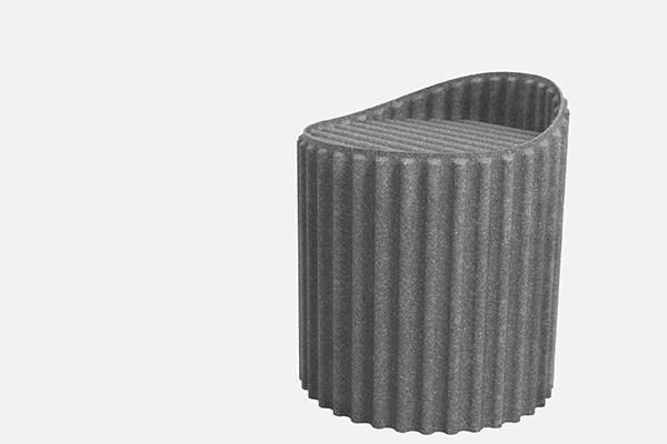 PRIMO PREMIO -Sgabello W Stool <BR><EM>Motivazione della giuria</EM>: basandosi sulla sperimentazione ed esplorazione dei materiali, Shijie Chen ha realizzato un progetto strutturale per ampiezza e plasticità secondo il principio della forza dell'andamento ondulato, che consente alla sottile pelle rigenerata di sostenere il peso nello spazio tridimensionale. La sua caratteristica smontabile consente di riporlo rimpicciolendolo, in modo da ottenere comodità e portabilità