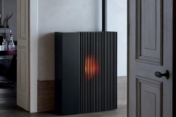 Realizzata interamente in alluminio, Reflex è caratterizzata da una porta a lame verticali che nasconde il focolare. Una seconda porta in vetro permette di accedere al braciere, alto e profondo per uno sviluppo in verticale della fiamma