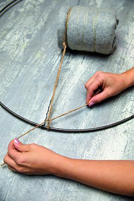 Step 4: nascondere il filo di ferro con la corda di juta. Annodare la juta all'anello e tagliare le estremità (foto Stars For Europe)