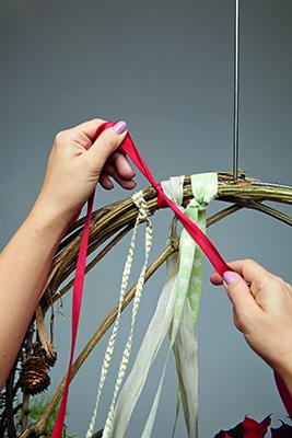 Step 8: decorare l'anello con nastri di vario colore e dimensione. Per farlo, legare il centro di ogni nastro alla parte superiore, facendo ricadere le estremità verso il basso dell'anello (foto Stars For Europe)