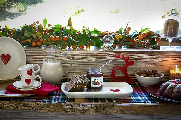 """Sono i dettagli a fare la differenza, come dimostra la proposta di <a href=""""http://www.croff.it/"""">Croff</a>: basta un rigoglioso ramo fresco di bacche e una tovaglia in tartan per evocare il Natale"""