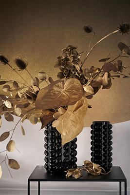 """L'oro è uno dei colori preferiti per le feste. È immancabile se quello che cercate è uno stile prezioso. L'ambientazione di <a href=""""https://www2.hm.com"""">H&amp;M Home</a> dimostra come anche la natura può dare vita a un Natale luxury. Basta dipingere il fogliame d'oro. Ilbagliore dà vita un'atmosfera ricercata"""