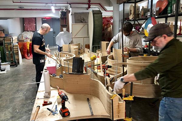 Lo staff di Pesce al lavoro su una grande libreria nel nuovo laboratorio allo Navy Yard di Brooklyn. A sinistra, Alessandro, capo dello staff
