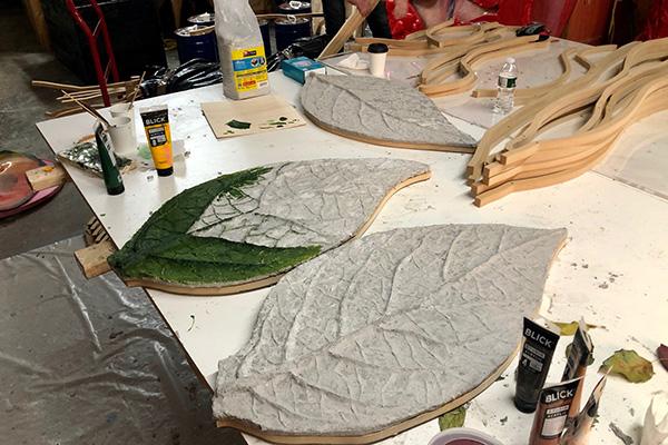 Le foglie che fanno da ante alla libreria