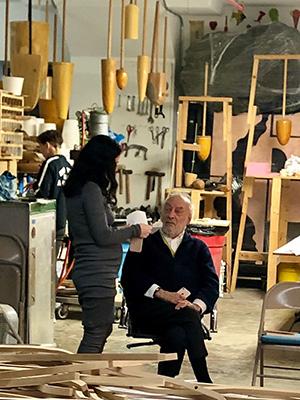 Gaetano Pesce con la collaboratrice Giulia nel laboratorio a Navy Yard