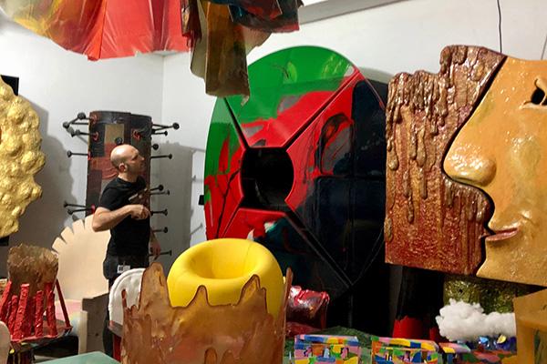 Alessandro nel magazzino nello stesso edificio del laboratorio dove vengono conservate alcune grandi opere già finite