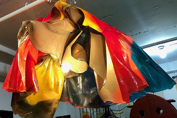 Qui e a seguire alcune opere di Pesceal momento in magazzino: due lampadari e una credenza