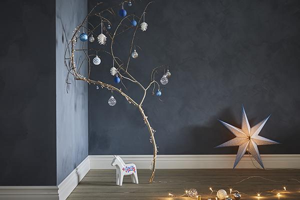 """<a href=""""http://ikea.com"""">Ikea</a> trasforma un ramo in legno in un originale albero di Natale"""