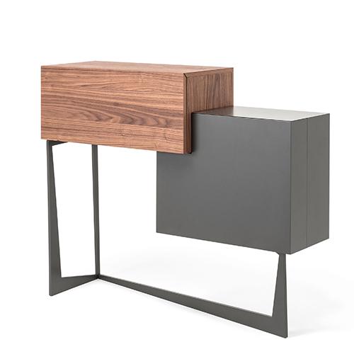 """Portos è un mobile bar progettato da Andrea Lucatello per <a href=""""https://www.cattelanitalia.com/"""">Cattelan Italia</a>. Il suo interno è specchiato con luci a led e portabicchieri"""