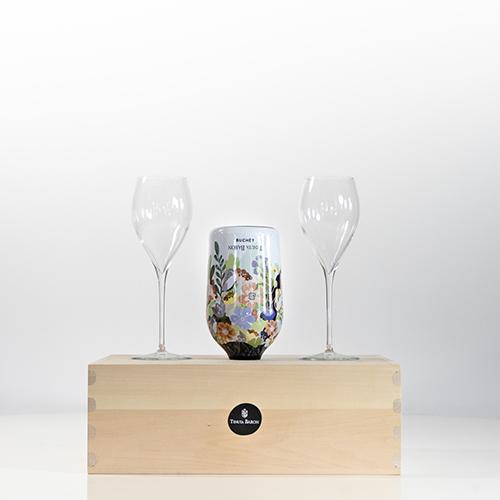 """Se capovolta, la bottiglia di prosecco Buchet diventa un mazzo di fiori. Della <a href=""""https://www.tenutabaron.it"""">Tenuta Baron</a> con lo studio di design Joe Velluto"""