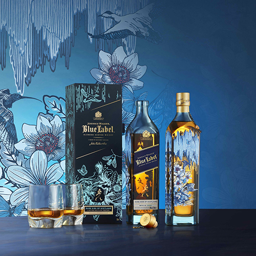 "Aurora boreale, fiori e animali sulla bottiglia del <a href=""https://www.johnniewalker.com"">Johnnie Walker</a> Blue Label Rare Side of Scotland. Design dello studio Timorous Beasties"