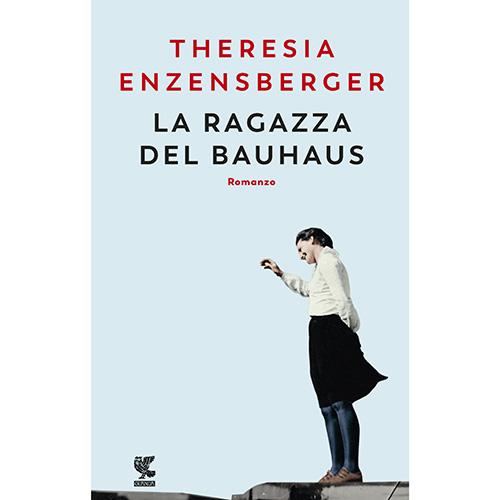"""In occasione del <a href=""""https://www.bauhaus100.de/en/"""">centenario</a> del Bauhaus, Theresia Enzensberger, figlia del grande scrittore tedesco Hans Magnus Enzensberger, debutta con un romanzo dedicato alla mitica scuola d'arte e design. <em>La ragazza del Bauhaus</em> (<a href=""""https://www.guanda.it"""">Guanda</a>, 240 pp, 18 euro) racconta la storia di Luise e ci consegna il ritratto di una donna determinata a farsi strada nel mondo dell'architettura. Presto è costretta a scontrarsi con la contraddittorietà di un movimento d'avanguardia come il Bauhaus poiché il settore è appannaggio della sfera maschile. <a href=""""https://design.repubblica.it/2019/03/20/le-ragazze-del-bauhaus/#1"""">Qui</a> un approfondimento sul volume di Taschen <em>Bauhaus Mädels</em> che svela le vicende dei suoi membri più sottovalutati: le donne"""