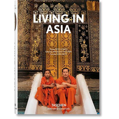 """La collana <em>Living in</em> di <a href=""""https://www.libri.it/taschen"""">Taschen</a> si arricchisce di un nuovo capitolo: l'Asia (448 pp, 15 euro). Questo volume vi accompagna nelle più belle dimore contemporanee del Sud Est asiatico che spaziano da Myanmar all'Indonesia, dalle Filippine a Singapore grazie al racconto del noto giornalista indiano Sunil Sethi e alle suggestive immagini firmate dal fotografo svizzero Reto Guntli"""