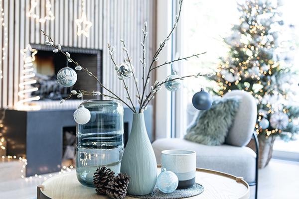 """Un angolino natalizio senza il tradizionale albero? <a href=""""https://www.maisonsdumonde.com"""">Maisons du monde</a>   vince la sfida con uno stile rustic-chic: pigne e piccoli ramoscelli arricchiti da decorazioni che ricordano l'azzurro del ghiaccio e il cielo di montagna"""