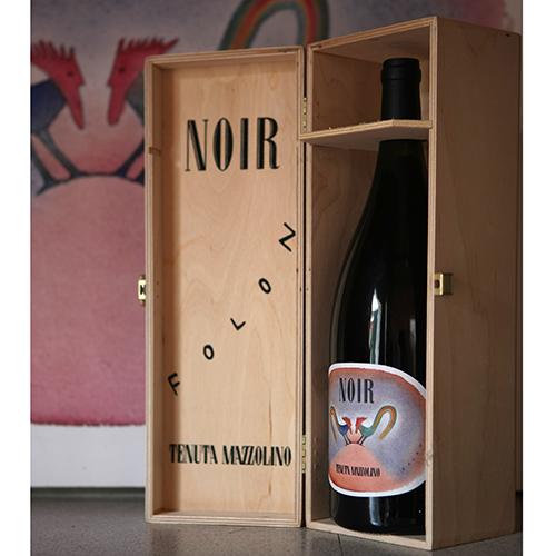 """Per festeggiare i 15 anni di Noir, Pinot Nero in purezza, la <a href=""""http://tenuta-mazzolino.com"""">Tenuta Mazzolino</a> si è affidata all'estro dell'artista Jean Michel Folon. La versione Magnum ha una etichetta con la reinterpretazione dei due galli, simbolo del marchio"""