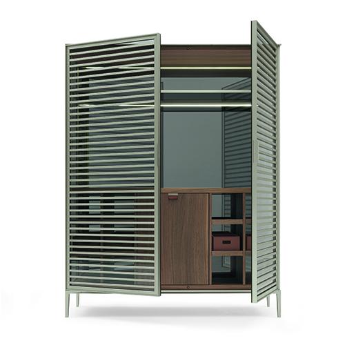 """Alambra di <a href=""""https://www.rimadesio.it"""">Rimadesio</a> reinterpreta le vetrine di una volta e nella versione bar ha frigorifero interno e sistema di illuminazione a led"""