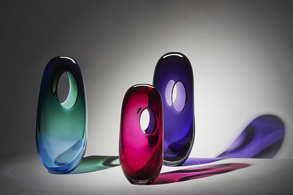 """Maestri vetrai e designer hanno lavorato insieme per dare vita alla colorata collezione di vasi Única di <a href=""""https://vistaalegre.com"""">Vista Alegre</a> (foto Lionel Balteiro/La Mousse)"""