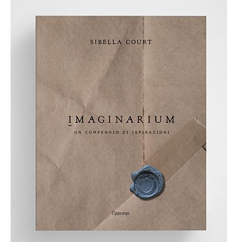 """<em>Imaginarium. Un compendio di ispirazioni</em> (<a href=""""https://www.ippocampoedizioni.it"""">L'Ippocampo</a>, 256 pp, 39,90 euro) è l'ultimo libro firmata dalla stylist e designer australiana Sibella Court, famosa per il suo stile nomade e gipsy. Dopo il fortunato <em>Etcetera</em>, in cui spiegava ad esempio come combinare elementi contemporanei con pezzi d'antiquariato, qui l'autrice racconta le fonti delle sue ispirazioni creative: «<em>Imaginarium</em>», spiega «è una miscela di passato e presente, un alternarsi di foto dei miei tanti viaggi, d'interni e oggetti da me progettati. Qui si dispiegano le palette cromatiche con cui mi piace lavorare in un flusso ritmico di colori, fino ad approdare in un luogo dove la narrazione non ha bisogno di parole»"""
