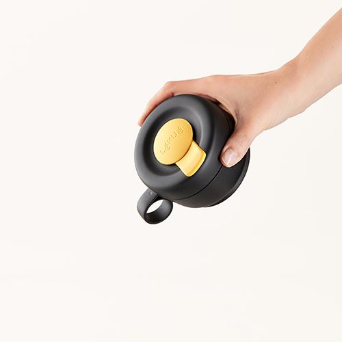"""La tazza pieghevole e riutilizzabile di <a href=""""https://www.lekue.com/"""">Lékué</a> è pensata per godersi la propria bevanda calda in viaggio (marchio distribuito da Schoenhuber)"""