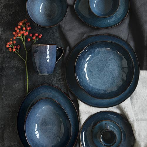 """La collezione <em>Genesis</em> di <a href=""""https://easylife.boutique/"""">Easy Life</a> è realizzata in stoneware, la linea utilizza molteplici varietà di smalti in modo che ogni pezzo sia unico"""