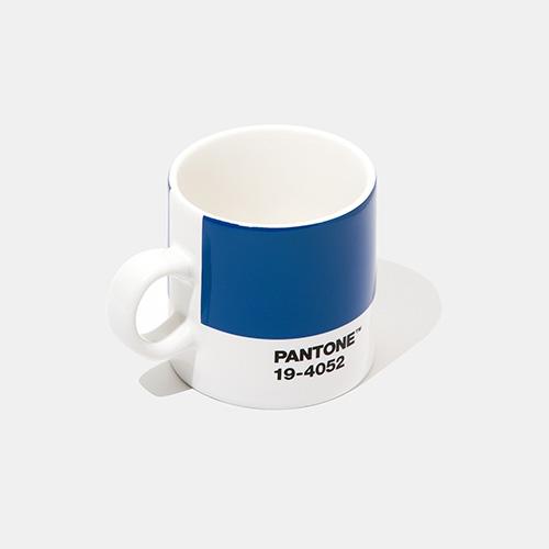 Sullo store online di Pantone sono disponibili in edizione limitata alcuni oggetti con protagonista il Color of the Year 2020, come la tazzina per caffè in porcellana
