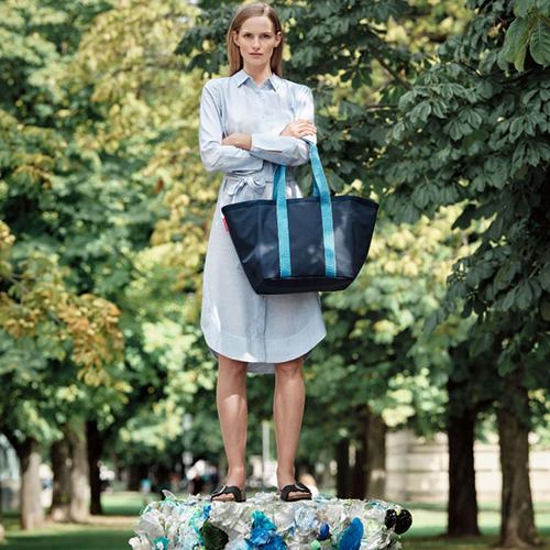 "La borsa <em>Re-shopper 1</em> di <a href=""https://www.reisenthel.com/en/"">Reisenthel</a> è realizzata riciclando 11 bottiglie di PET"