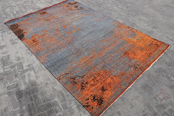 Nel campo del design il tappeto della linea di Eclectica firmato dal designer Maurizio Battilossi dimostra l'ispirazione al passato: i segni del tempo ricordano una lamiera corrosa