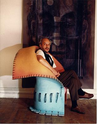 <em>Comodamente al MoMa</em> <br> Pesce sulla poltrona I Feltri, ideata per Cassina e prodotta dal 1986. Fa parte della collezione permanente del Museum of Modern Art di New York