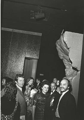 <em>Pietre miliari</em> <br> New York, 1972: Pesce all'inaugurazione della mostra Italy: The New Domestic Landscape. Sullo sfondo si intravede Vico Magistretti