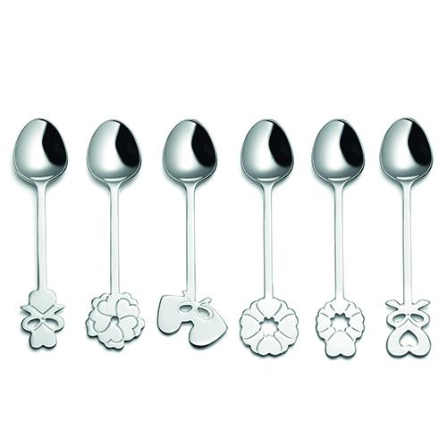 """Nodi d'amore, fiori e cuori impreziosiscono l'impugnatura dei cucchiaini in acciaio della collezione Love di <a href=""""https://www.fratelliguzzini.com/it/"""">Fratelli Guzzini</a>. Design di Setsu&Shinobu Ito"""
