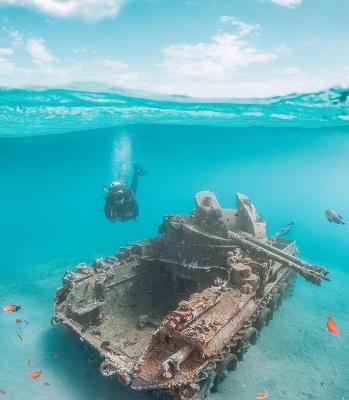 Ad Aqaba in Giordania, un carro armato sul fondo del mare (dal profilo Instagram di @itsabandoned)