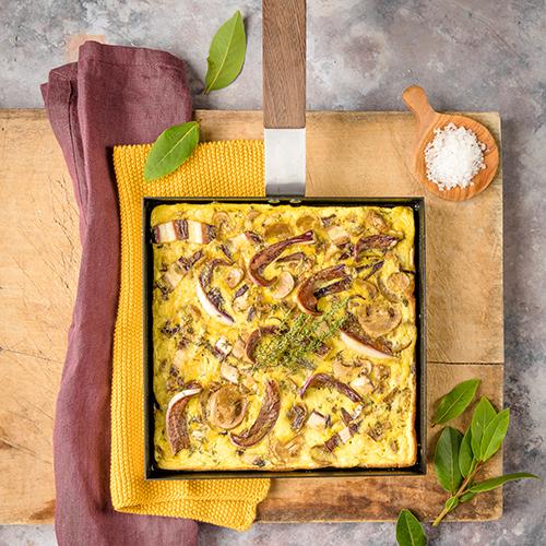 """Dai fornelli alla tavola con The Omelette: la padella di <a href=""""https://www.knindustrie.it/"""">KnIndustrie</a> per preparare insolite frittate di forma quadrata. Ispirata alla tradizionale padella giapponese Tamagoyaki"""