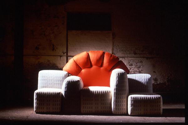 <em>Il sole fra i grattacieli</em> <br> Il tramonto di New York, divano ideato per Cassina nel 1980. Nel 2010 seguì un Notturno a New York