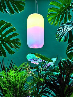 La sintonia con la natura è un altro tema chiave. La lampada Gople di Big per Artemide è amica delle piante poiché la tecnologia brevettata di luce RWB favorisce la loro crescita