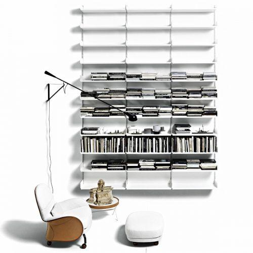 """Polifunzionale: una libreria può caratterizzare un ambiente separandolo dal resto, predisponendoci alla concentrazione. Come fa 606 Universal Shelving System, sistema a parete o divisorio autoportante, di <em><a href=""""https://www.depadova.com"""">De Padova</a></em>, che si adatta sia agli ambienti domestici che all'ufficio"""