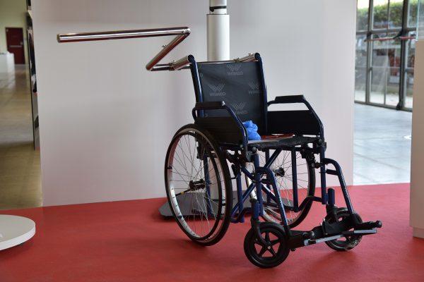 La menzione speciale:  A fianco, di Davide Andracco, accessorio che consente di camminare accanto alla carrozzina del paziente invece che dietro di essa