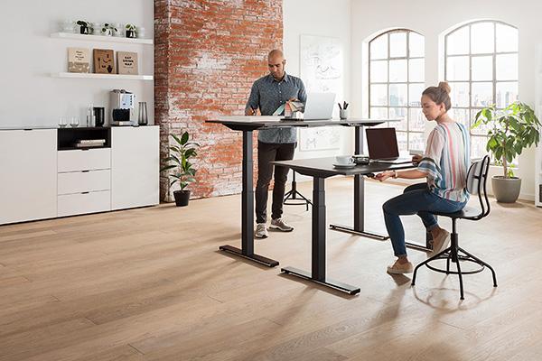 La scrivania regolabile ed egonomica sit-stand di Linak consente di alternare il lavoro in piedi al lavoro da seduti