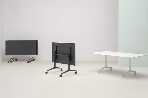 La collezione di tavoli Ypsilon di Pedrali si arricchisce della versione ribaltabile: quando è ripiegato si guadagna prezioso spazio. Di Jorge Pensi Design Studio