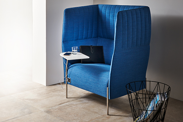 La poltrona Dolly di Stefano Gallizioli per Estel ha un pratico tavolino e si caratterizza per l'alto schienale che garantisce privacy e concentrazione