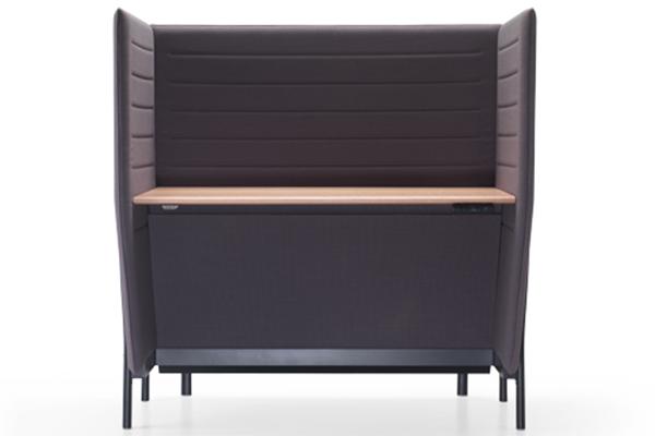 Eleven high desk è un sistema di scrivanie firmata dal duo di designer PearsonLloyd per Alias. È disponibile in due versioni: con regolazione dell'altezza del piano del tavolo oppure con piano di lavoro fisso e possibilità di scegliere i pannelli laterali tra due altezze