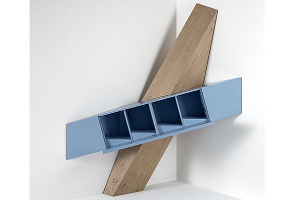 """Gli angoli sono spazi con grandi potenzialità: in salotto una panca contenitore a """"L"""" attorno a un tavolo, librerie su misure e divani angolari, in cucina lavelli e piani cottura ad angolo, in camera da letto un guardaroba a tutta parete con un elemento spogliatoio che sfruttando quella zona diventa una preziosa minicabina. Senza contare i numerosi mobili studiati ad hoc, come Coin di Ferruccio Laviani per <a href=""""https://www.emmemobili.it/"""">Emmemobili</a>"""