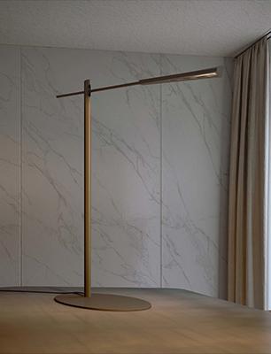 La lampada da terra Flamingo PT di Olev permette di dirigere il fascio luminoso dove preferiamo. Infatti è snodabile a 120° sull'asse verticale mentre la testa è rotante di 175°