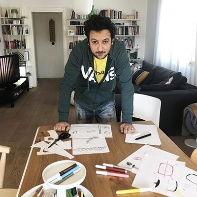 """«In questi giorni di """"clausura""""», racconta Alberto Brogliato, «oltre al pc i miei migliori amici sono diventati i pennarelli. Uso quello che trovo in casa, mi sono impossessato del tavolo da pranzo per fare schizzi, prototipi di carta e collage». A seguire due angoli della sua casa"""