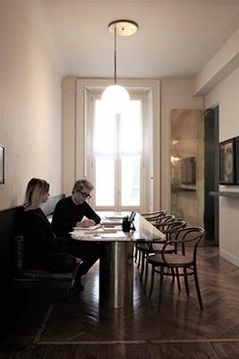 Raccontano: «La sala da pranzo con il grande tavolo, invece, alterna la sua funzione canonica con quella di spazio di progettazione, sul piano è un continuo avvicendarsi di tovaglia, piatti e bicchieri versus penne, matite e fogli di carta»