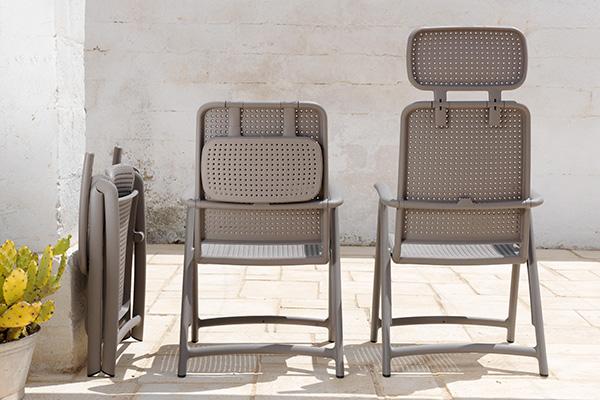 """<em>RELAX APRI E CHIUDI </em>- Sono leggeri, facili da trasportare e da chiusi occupano un minimo ingombro: tavoli e sedie pieghevoli rappresentano davvero una risorsa nei piccoli spazi o quando c'è necessità di una seduta o un piano d'appoggio extra per gli ospiti (in foto Acquamarina di <a href=""""http://www.nardigarden.it"""">Nardi</a> che si distingue per uno schienale alto regolabile in quattro posizioni)"""
