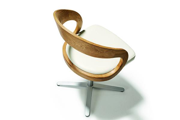 Girado di Team 7, la sedia girevole che con le sue forme tondeggianti e la spalliera in legno levigato si integra in maniera armonica con tutto l'ambiente circostante