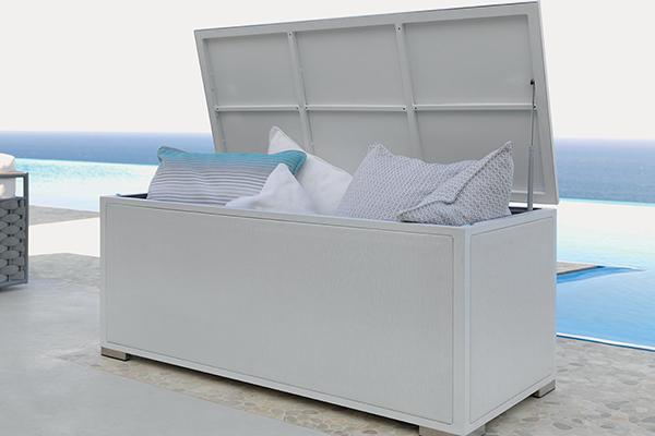 """<em>RENDERE LO SPAZIO VERSATILE</em> - Le cassapanche non solo aiutano a tenere tutto in ordine ma sono una valida soluzione per far cambiare rapidamente volto al proprio spazio esterno: tavolini e sedie richiudibili si ripongono facilmente per fare spazio a comodi pouf e grandi cuscini passando così da zona pranzo ad angolo relax (in foto Accessories box di <a href=""""https://www.talentisrl.com/"""">Talenti</a>)"""