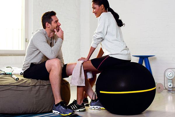 """Wellness Ball Active Sitting di <a href=""""https://www.technogym.com/it/"""">Technogym</a>, da utilizzare come seduta e strumento per svolgere gli esercizi"""