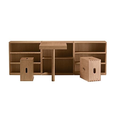 """Piccolo ma grande: quando le dimensioni sono ridotte, il segreto è puntare sulla funzionalità. Come fece Le Corbusier nel 1957, progettando LC16, scrittoio in legno in rovere naturale, oggi nella collezione LC di <em><a href=""""https://www.cassina.com"""">Cassina</a></em>"""